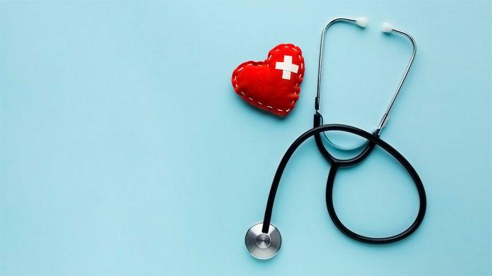 estetoscopio junto a corazón de felpa