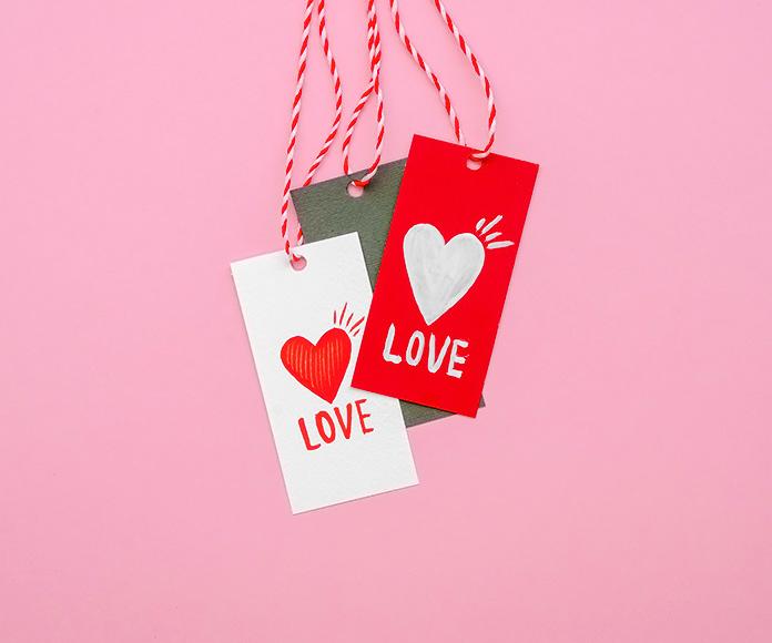 etiquetas personalizadas con un corazón y la palabra