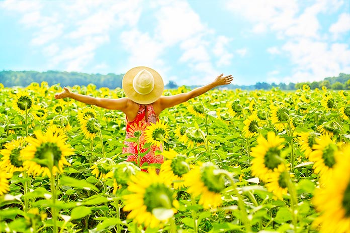 Mujer alegre mirando hacia el horizonte