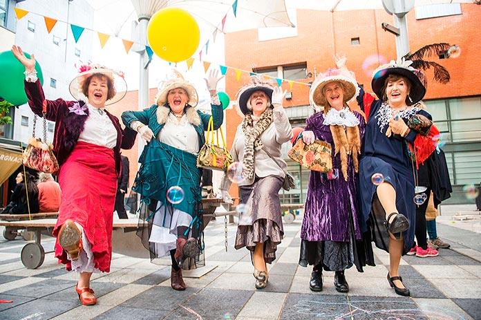 Mujeres vestidas de época durante el festival Bloomsday, Dublín.