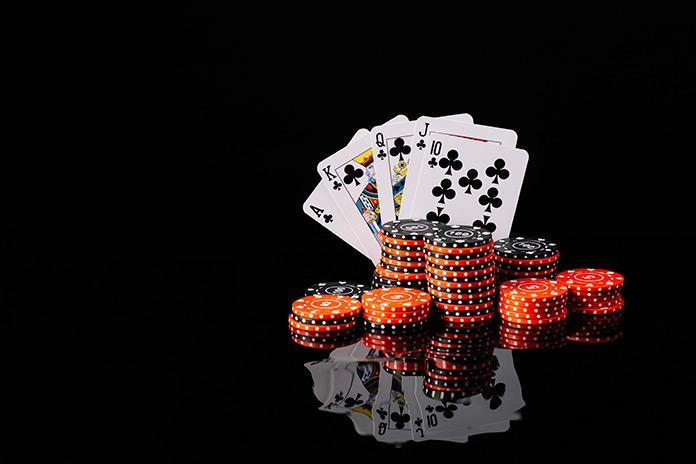 cartas y fichas de póker