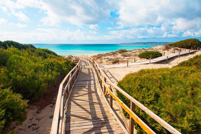 El senderismo en Formentera a la luz de la luna.