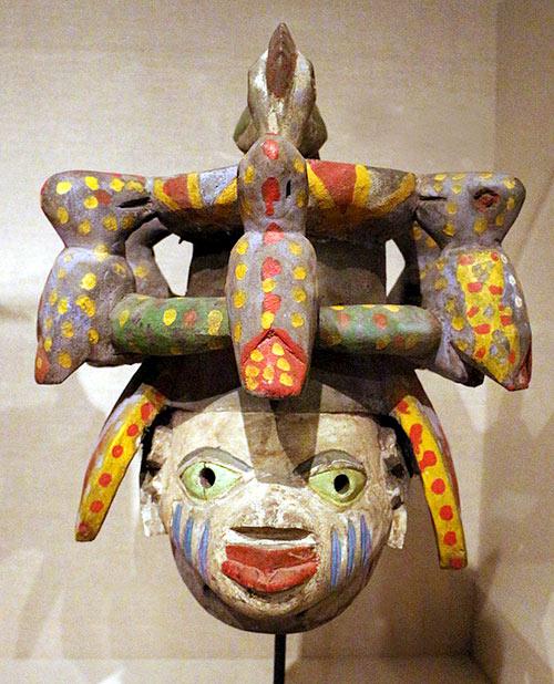 Máscara con siete pájaros tallada en madera. Pueblo Yoruba, Nigeria.