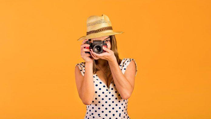 chica tomando una fotografía