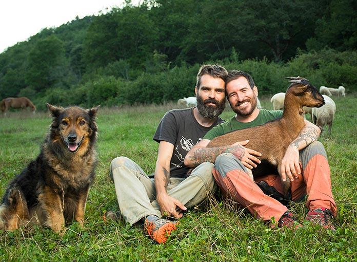 Fotografía de Coque Fernández e Ismael López (fundadores del Santuario Gaia) con algunos de sus animales