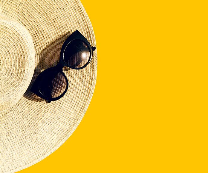 gafas de sol sobre un sombrero
