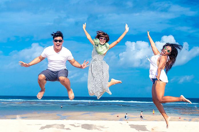 gente saltando en la playa