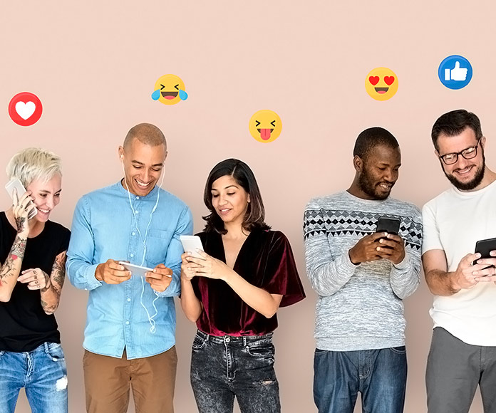 personas interactuando en redes sociales desde el teléfono
