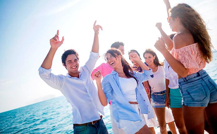 Grupo de jóvenes bailando