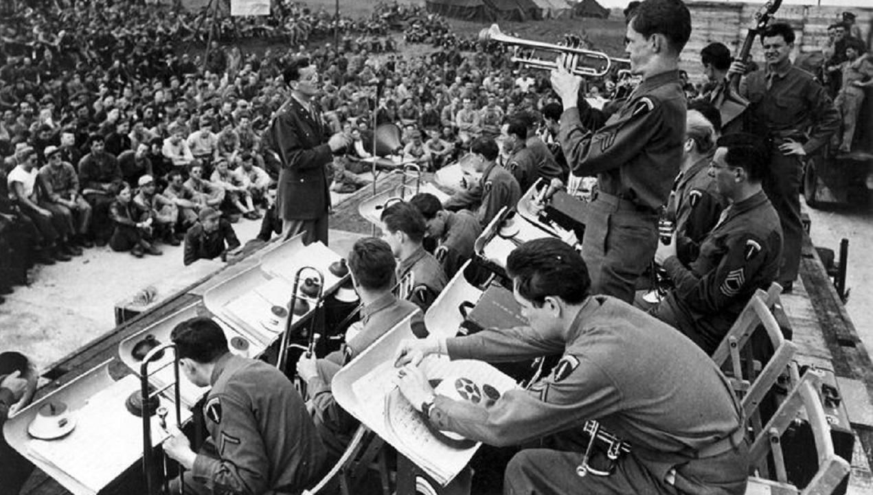 Glenn Miller y su orquesta dando un concierto para las tropas americanas