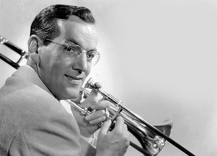 Fotografía de Glenn Miller tocando el trombón