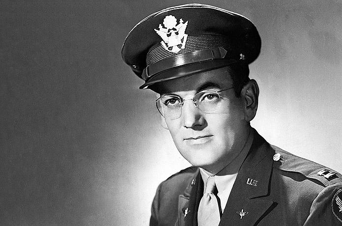 Glenn Miller vestido con el uniforme de la Armada de los Estados Unidos