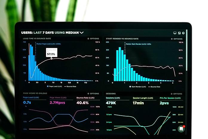 ordenador mostrando gráficas de datos web