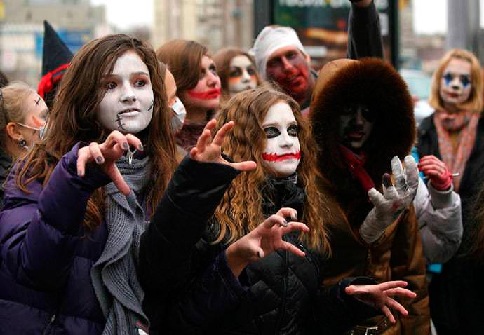 Jóvenes rusos celebrando Halloween
