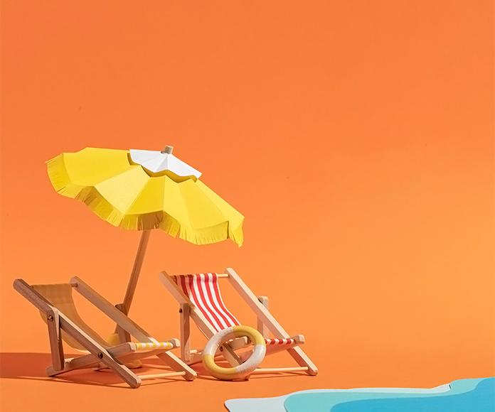 hamacas, sombrilla y playa de juguete