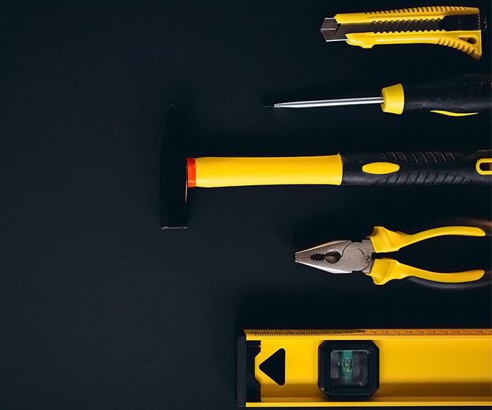herramientas de color amarillo sobre una mesa