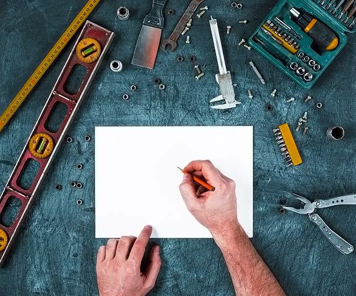 herramientas de construcción sobre una mesa