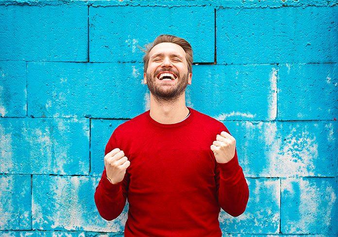 Hombre satisfecho frente a un muro