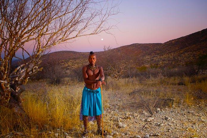 Hombre himba en el desierto de Namibia