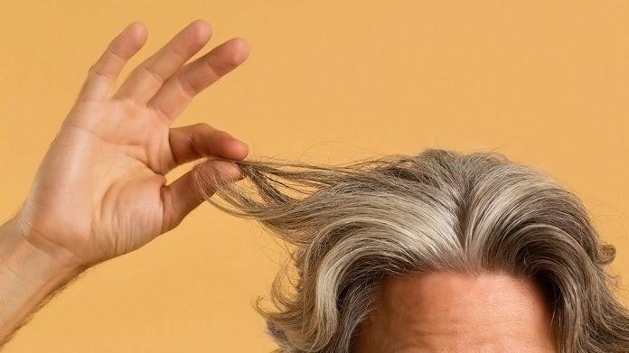 hombre mayor enseñando el pelo