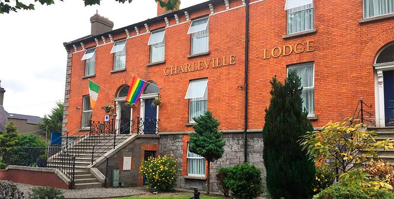 El Hotel Charleville, famoso por la humillación que reciben sus clientes.
