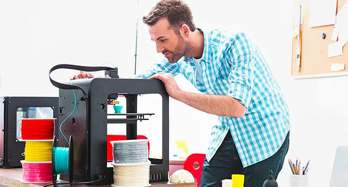 Técnico manipulando una impresora 3D