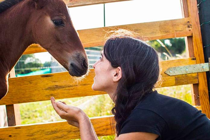 Inés Trillo, fundadora del Santuario Vacaloura, fotografiada con uno de sus caballos