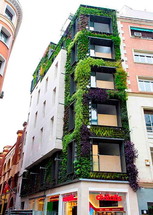 Jardín vertical de la calle de los Jardines visto desde la calle Montera