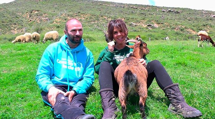 Josetxo Sagarra y Pepa Tenorio, fundadores del Santuario Animal Corazón Verde, en el campo con varios de sus animales. (Santuario Animal Corazón Verde)