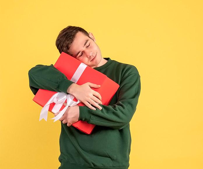 joven abrazando un regalo