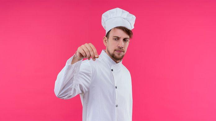 chef joven salando un plato