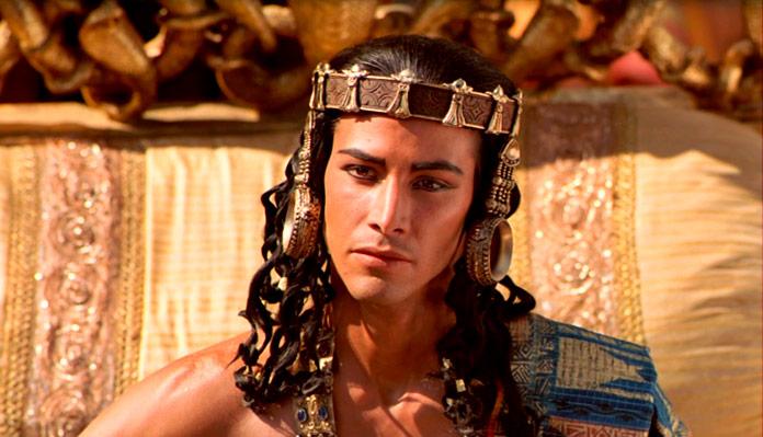 """Keanu Reeves interpretando la película de """"El Pequeño Buda"""""""