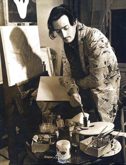 Salvador Dalí pintando
