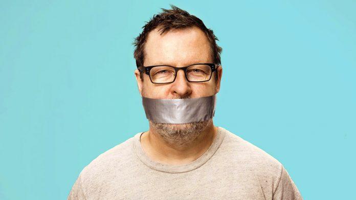 Lars Von Trier con un trozo de cinta americana en la boca