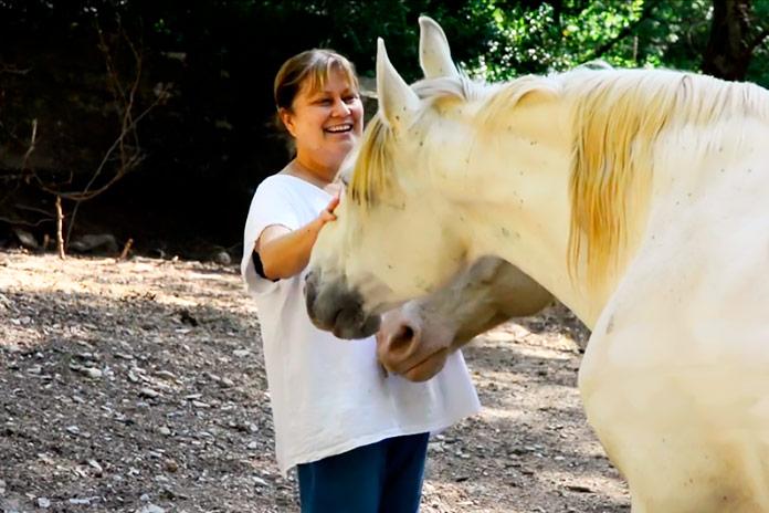 Leonor Díaz de Liaño, fundadora de ADE (Asociación Defensa de Équidos), fotografiada con dos de sus caballos