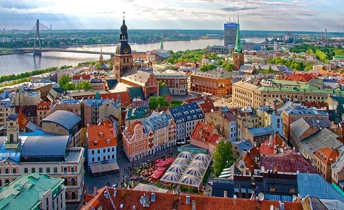 Río Daugava a su paso por Riga, Letonia.