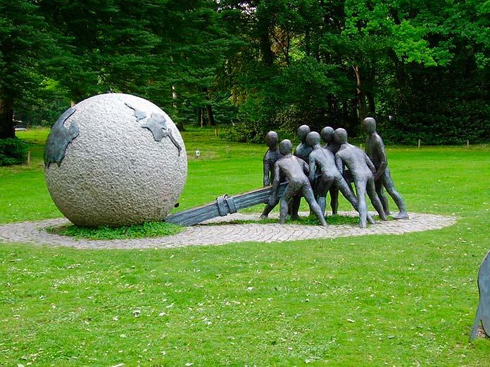 Escultura que representa la ley de la palanca de Arquímedes en el Parc de la Tête d'Or, Lyon, Francia