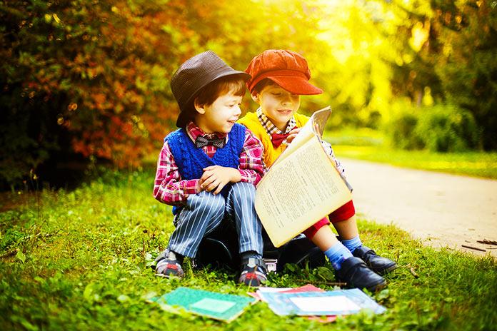 Niños leyendo juntos
