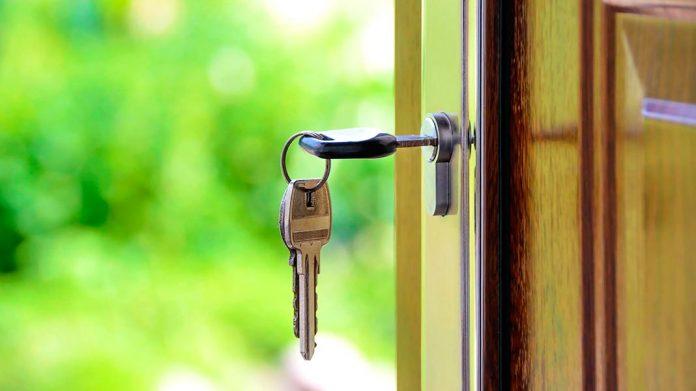 llave colgando de una cerradura