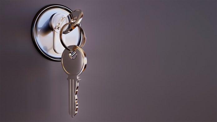 juego de llaves insertado en una cerradura