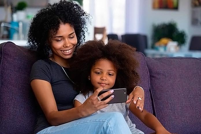 madre e hija viendo juntas algo en el móvil