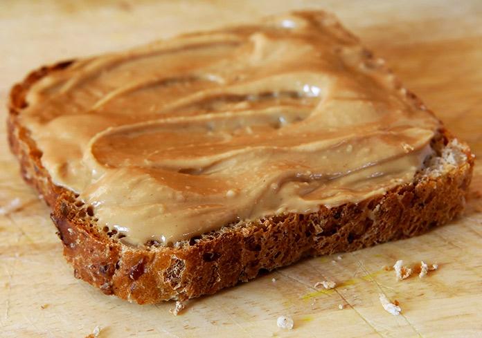Pan untado con mantequilla de maní