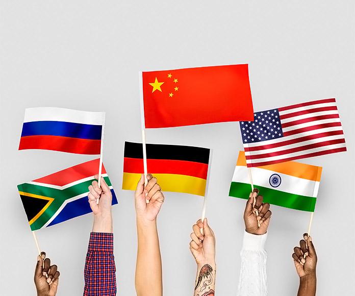 brazos sujetando banderas