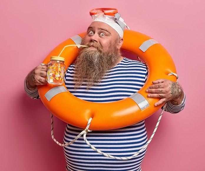 marinero con un salvavidas en el cuello y con gafas de snorkel
