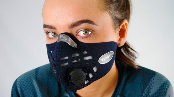 chica con mascarilla anti-polución