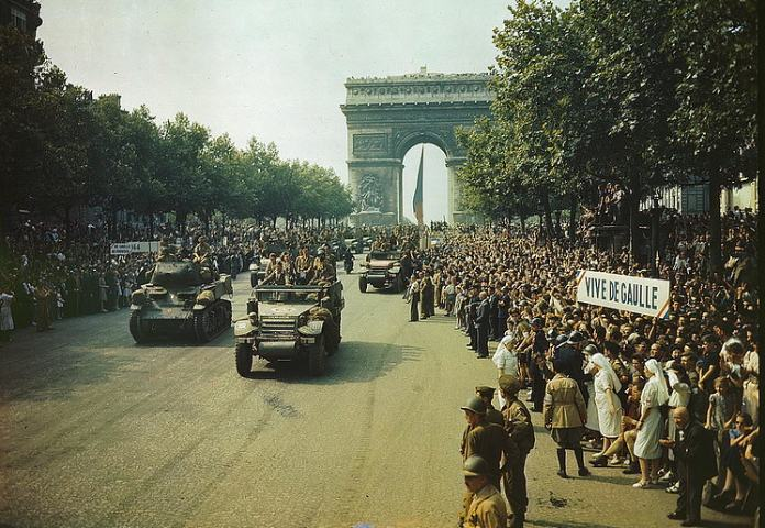Memorias de la Resistencia Francesa - La multitud recibe a los guerrilleros en 1944.