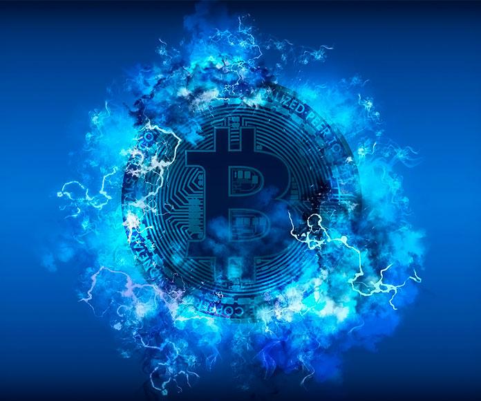 moneda de bitcoin rodeada de electricidad