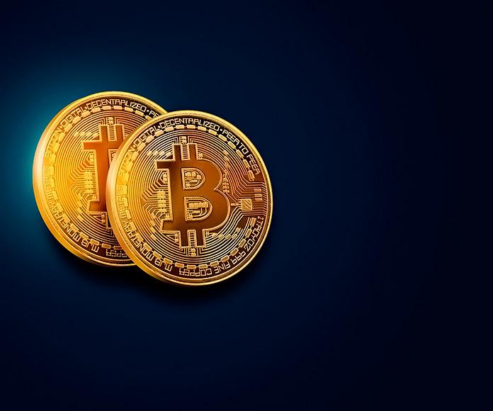 monedas de bitcoin sobre fondo azul oscuro