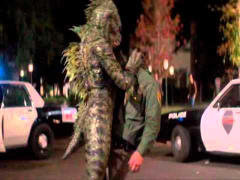 Momento en el que el monstruo del pantano ataca a un policía en la película Una Pandilla Alucinante