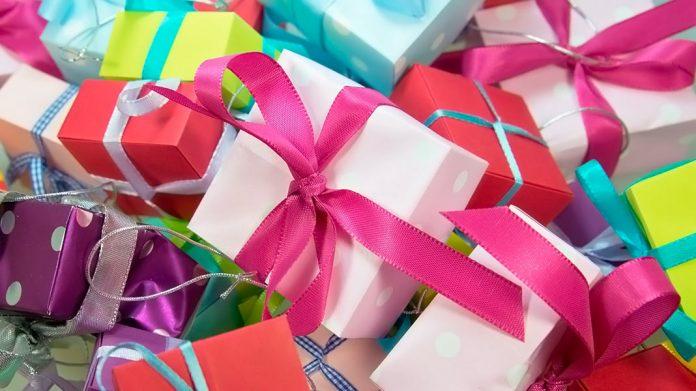 montaña de paquetes de regalo